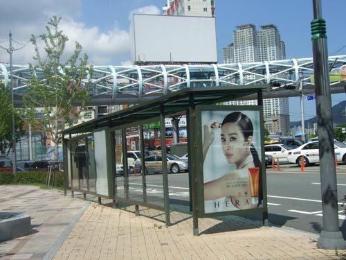 韓国・釜山の週末 バス広告と、立て看板